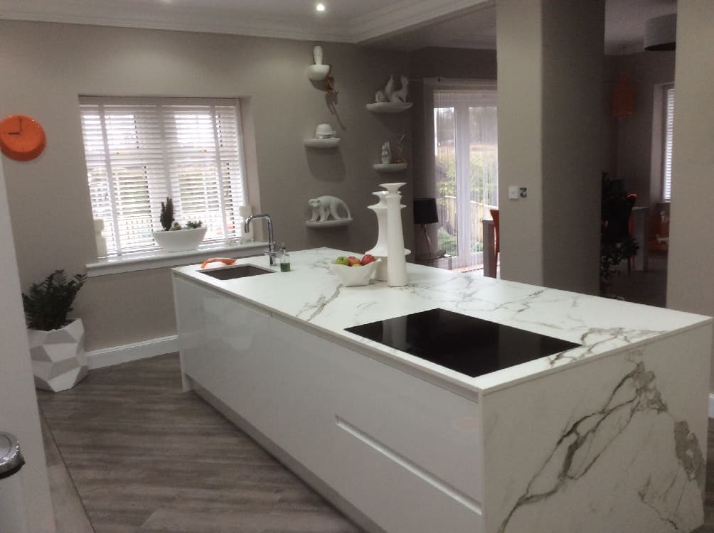 whit egloss handleless kitchen - Kitchen Islands