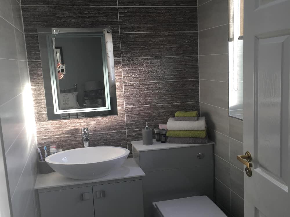 bathroom 1a - Grey mist gloss doors