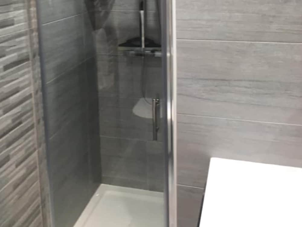 2a 1 - Grey Bathroom