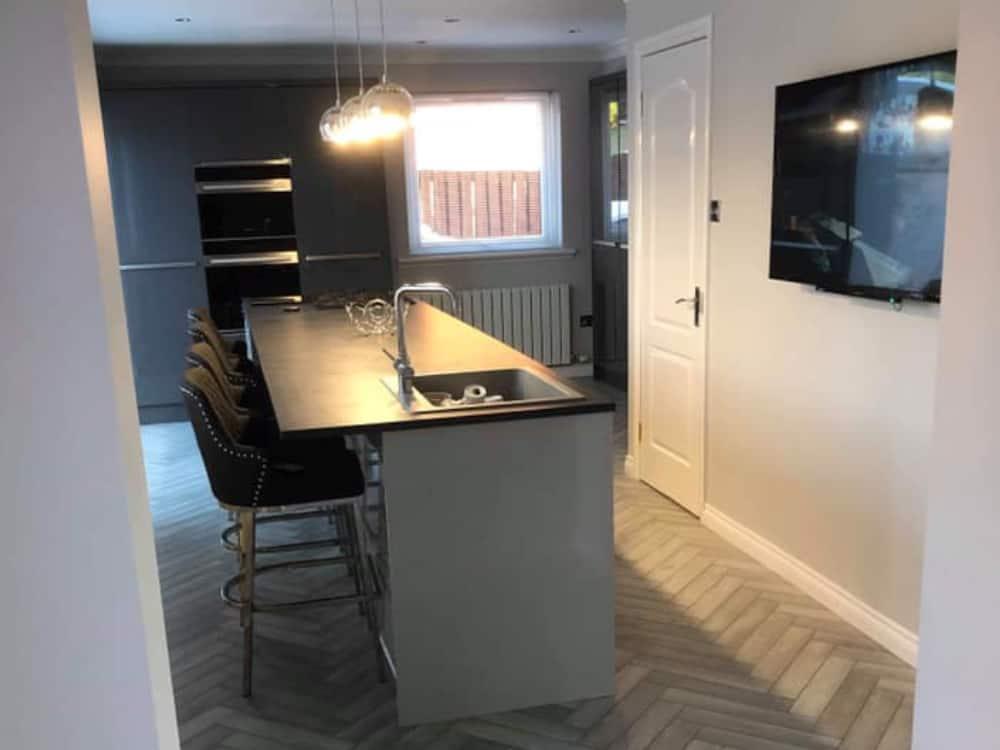 5a - Dark Grey Gloss Kitchen