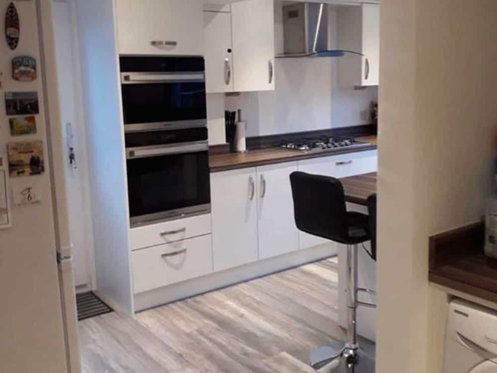 new kit 1 - White Kitchen with Wood Worktop